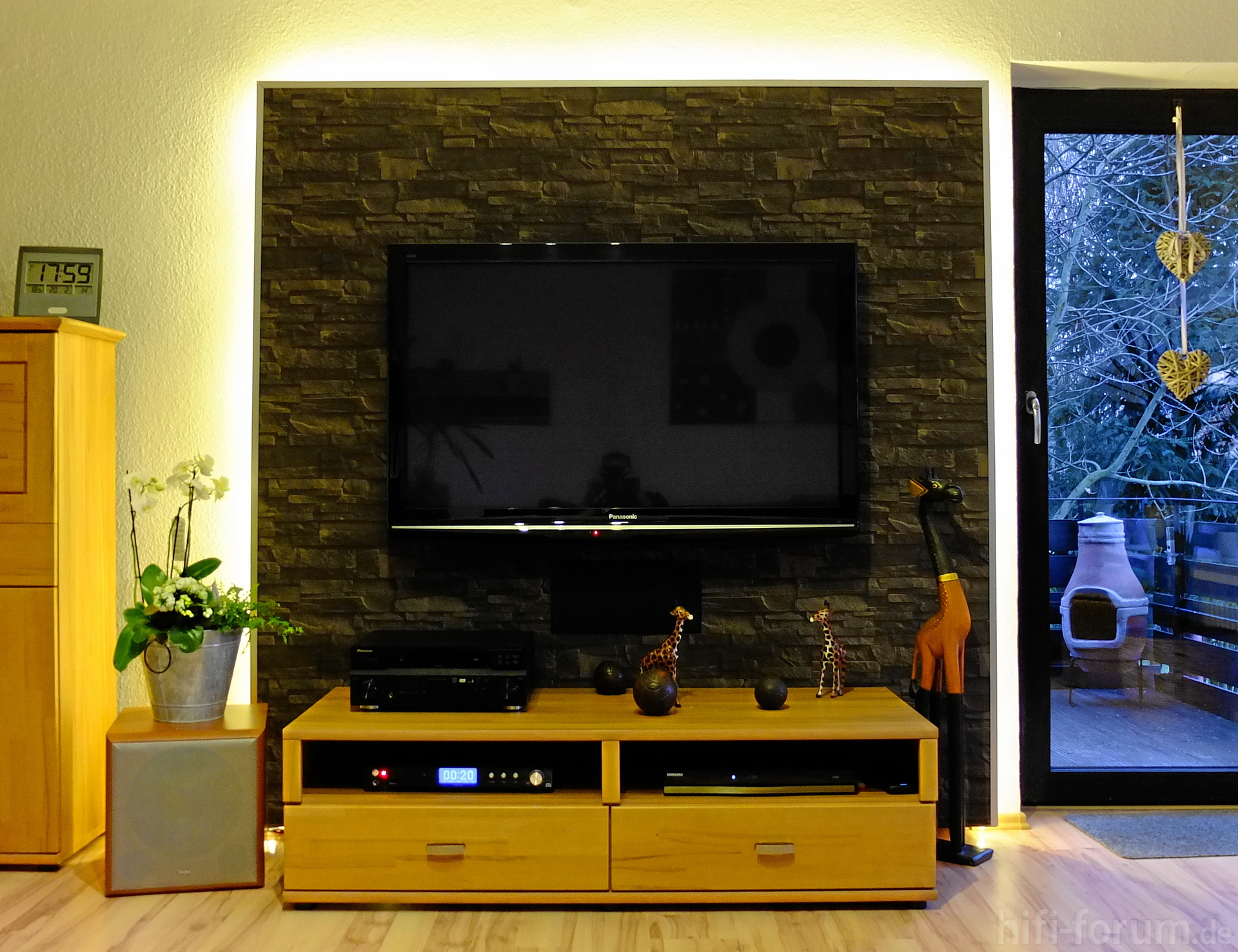 stein tapete hinter fernseher. Black Bedroom Furniture Sets. Home Design Ideas