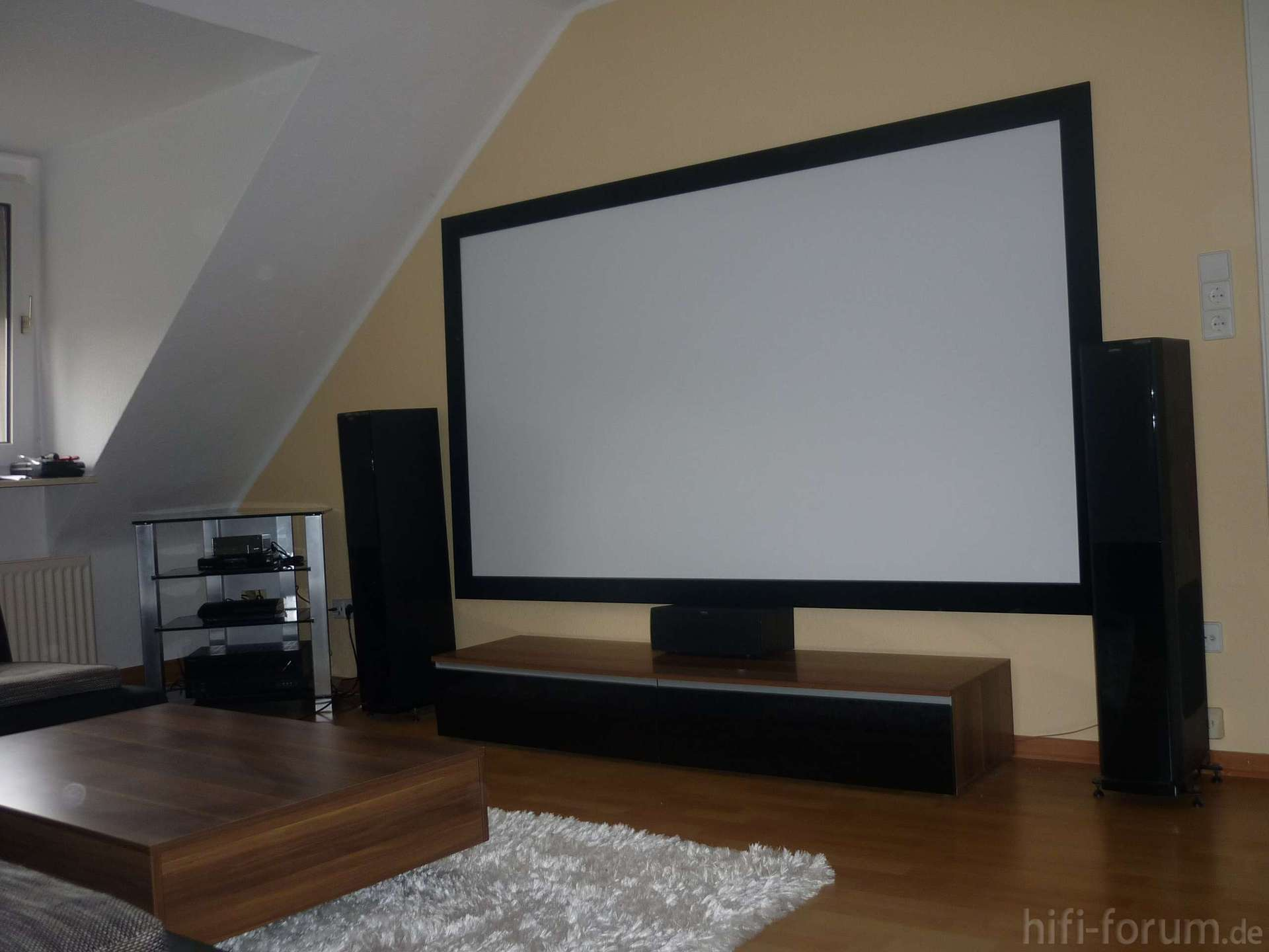 heimkino mit beamer und leinwand haus design m bel. Black Bedroom Furniture Sets. Home Design Ideas