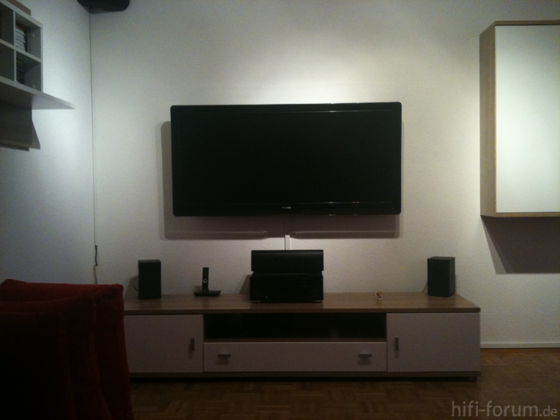 fernseher von wand gefallen m bel design idee f r sie. Black Bedroom Furniture Sets. Home Design Ideas