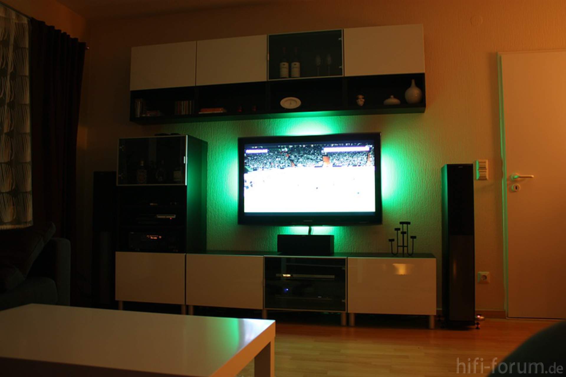 neues wohnzimmer 2 besta heimkino ikea samsung. Black Bedroom Furniture Sets. Home Design Ideas