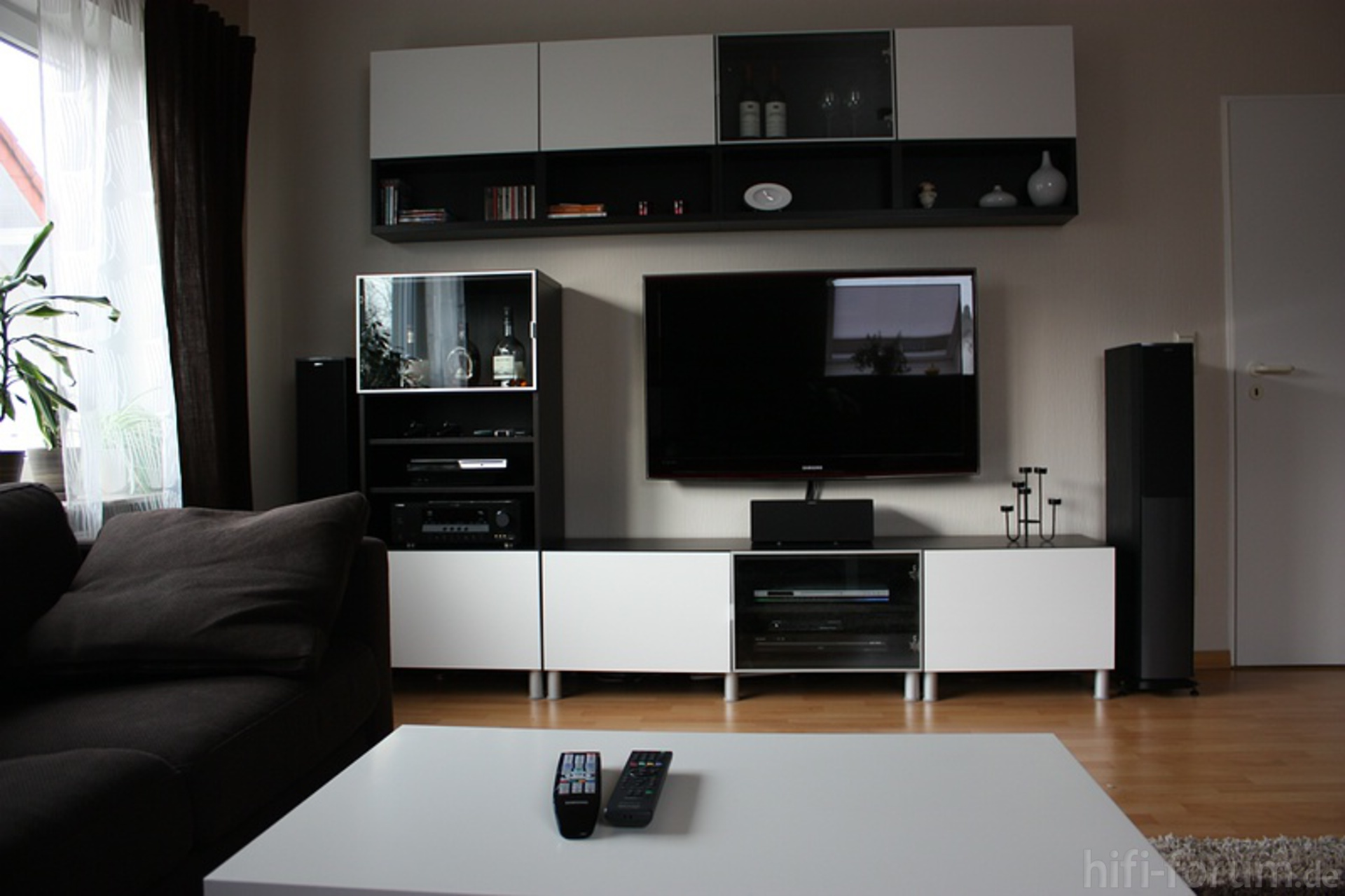 neues wohnzimmer 6 besta heimkino ikea samsung. Black Bedroom Furniture Sets. Home Design Ideas