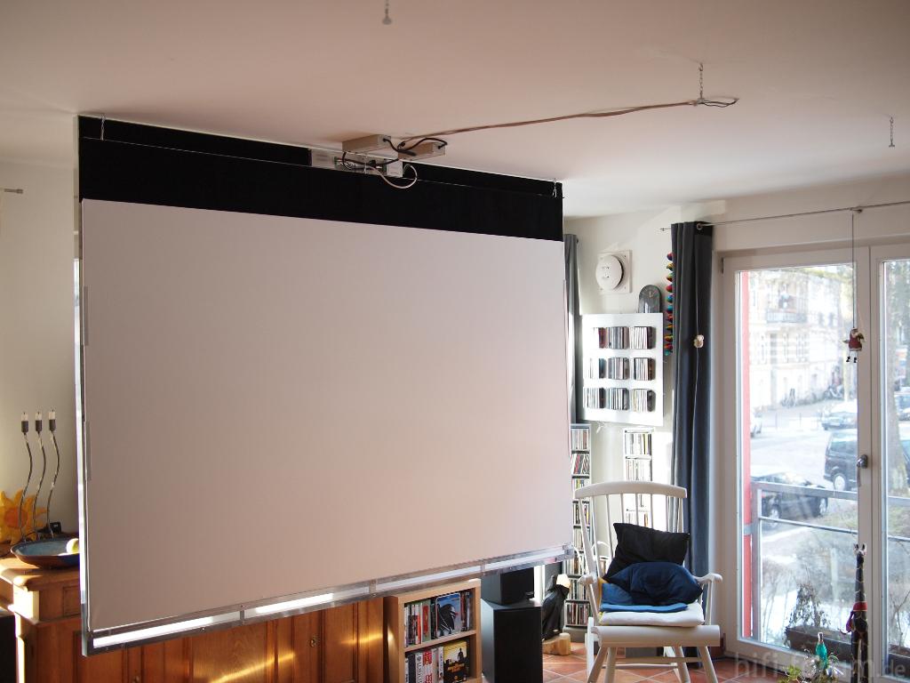 deckenleinwand heruntergeklappt deckenlampe leinwand. Black Bedroom Furniture Sets. Home Design Ideas