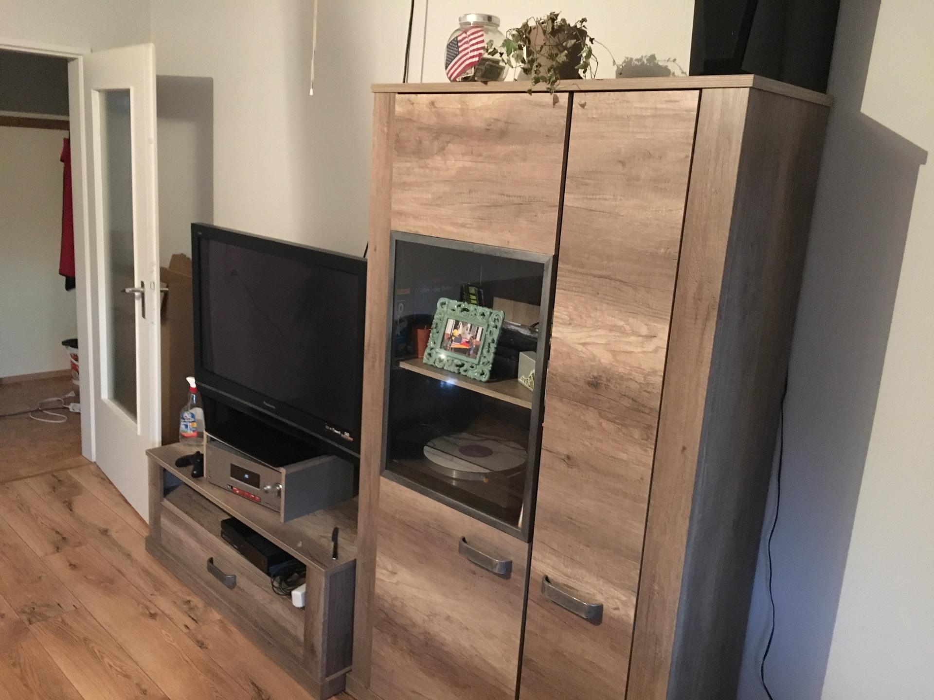blick vom tisch fernseher ist weg blick fernseher. Black Bedroom Furniture Sets. Home Design Ideas