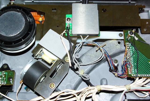 Unterseite Sony PS-X555ES, Tonarm-Motor