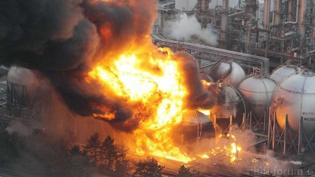Erdölraffinerie Brennt