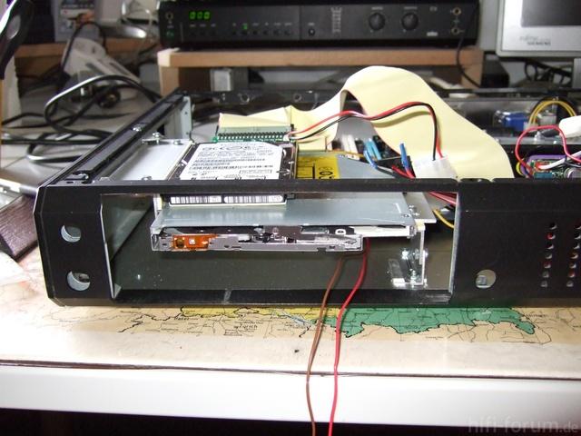 """Hier Sieht Man Die Aufhängung Der Laufwerke (Slot-In +2,5"""" HD [später SSD])"""