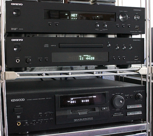 Netzwerk-Tuner, CD-Player, MD-Player