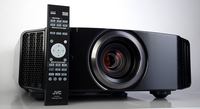 02 - JVC DLA-X5500 - mit Fernbedienung - Foto Michael B. Rehders
