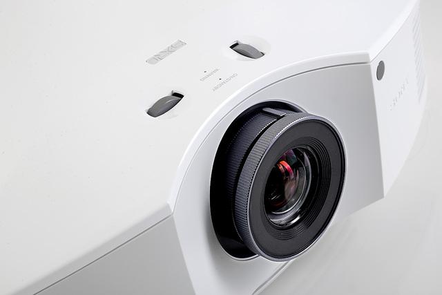 Sony VPL-HW45 - Objektiv - Foto Michael B. Rehders