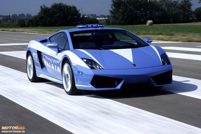 800 Italienische Polizei Faehrt Lamborghini 2 1225046371