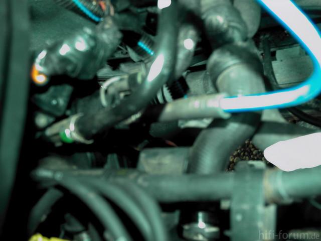 Blaues Kabel, Motorraum
