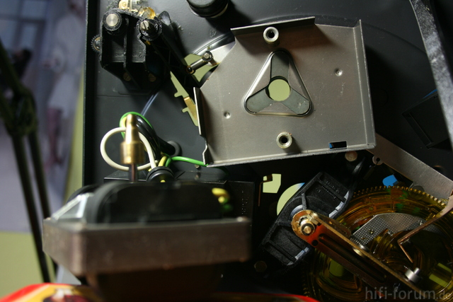Dual 1228 - Abschirmblech nach Ausbau des Motors