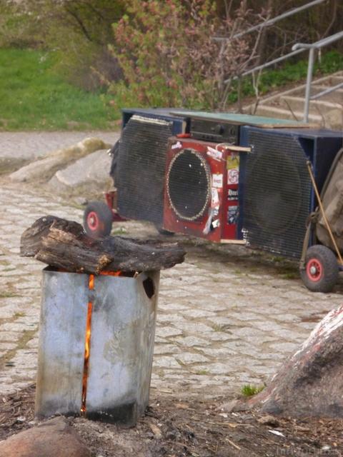 Unser Bollerwagensoundsystem Vor Einer Brennenden Mülltonne