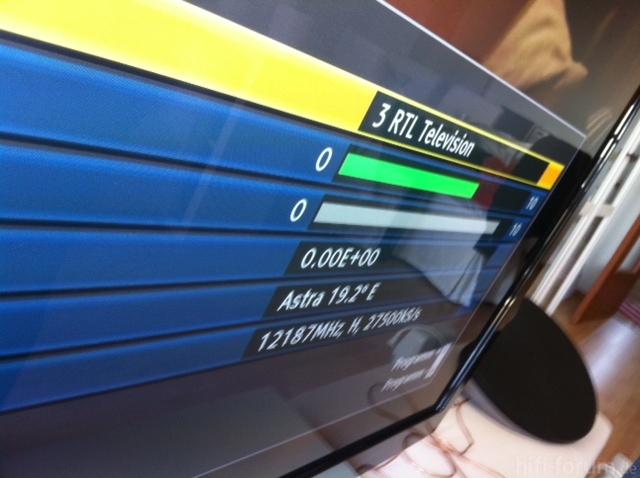 Empfangsparameter Mit Hand An Der TV-Sat-Buchse