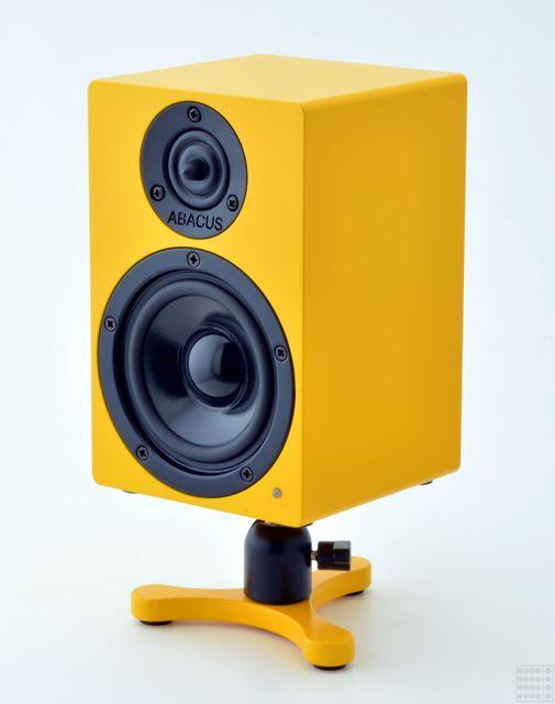 cbox2_yellow_stand_01