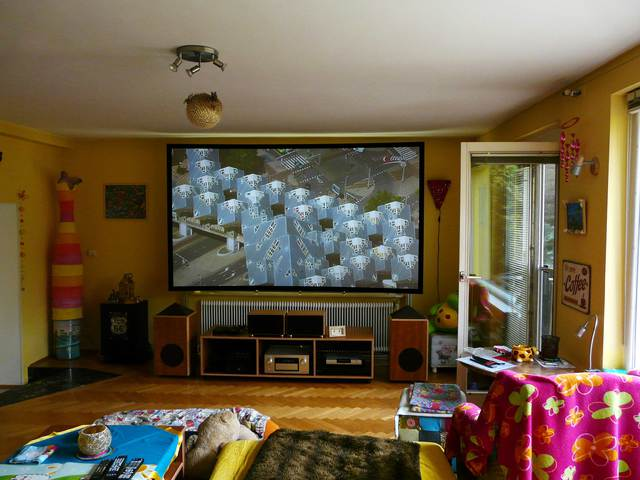 120 zoll 16 9 couchscreen leinwand in kombination mit einem epson eh ls10000 im wohnzimmermodus - Couchscreen leinwand ...