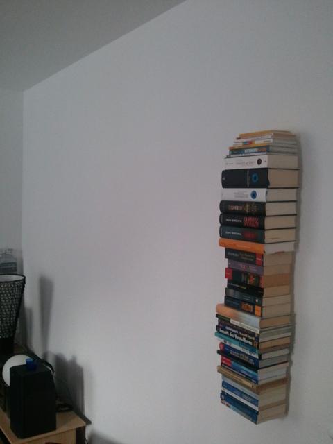 Bücherregal und Wand