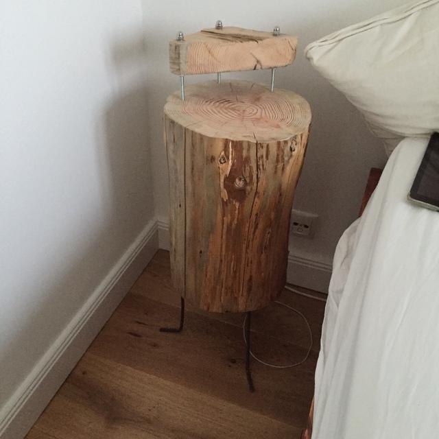 Nachttisch selber bauen holzstamm for Baumstamm regal selber bauen