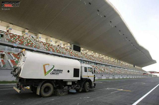 Formel-1-2012-Grosser-Preis-von-Indien-Pre-Events-Reinigungsfahrzeug-729x485-174490ed3ed42372