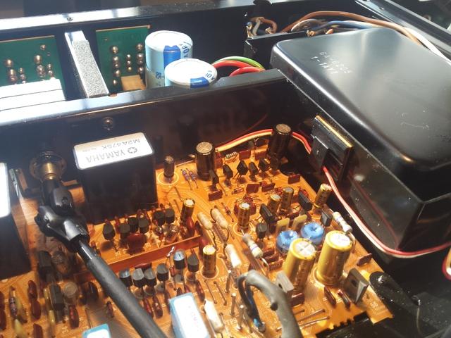 Oben die beiden Elkos rechte Seite vor den blauen Siebelkos in 63 Volt da hier um die 59V Spannung anliegen.