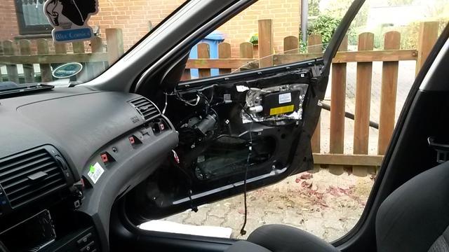 Beifahrerseite: Tür hinter dem Seitenairbag abdichten
