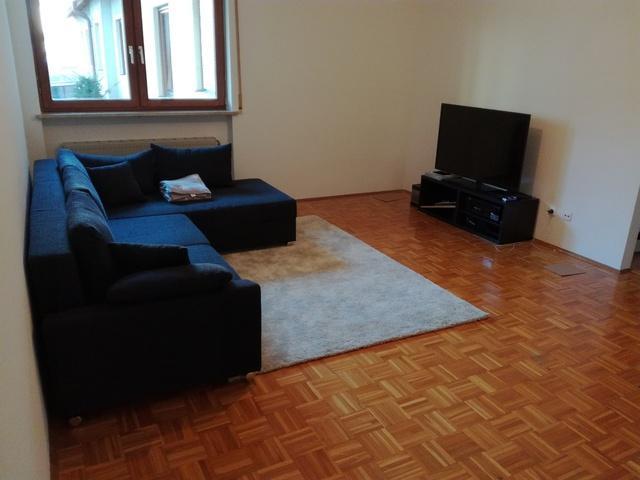 5 1 system bis 2000 mit klassischem sofa an der wand. Black Bedroom Furniture Sets. Home Design Ideas