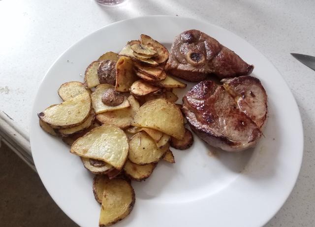 Biologisches Ziegenfleisch Mit Eigens Angebauten Kartoffeln