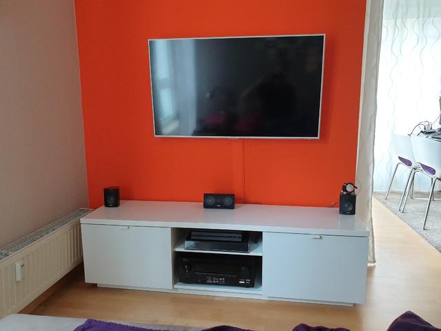 Front Mit Fernseher Und Boxen