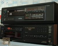 Sony CDP-101 im schwarzen Woodcase und Fernbedieung