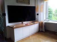 Fernseher von frontal und diagonal ausgeschwenkt