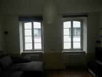 Seitenwand mit großen Fenstern
