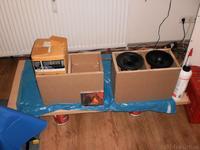 Erstes Probesitzen der Treiber ohne Schallwand mit einer CD als Größenmaßstab