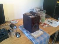 Nubox 311 auf Schreibtisch mit Handtuch und Buch