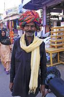 indischer-mann-der-die-straßen-der-alten-stadt-bundi-indien-geht-36208339